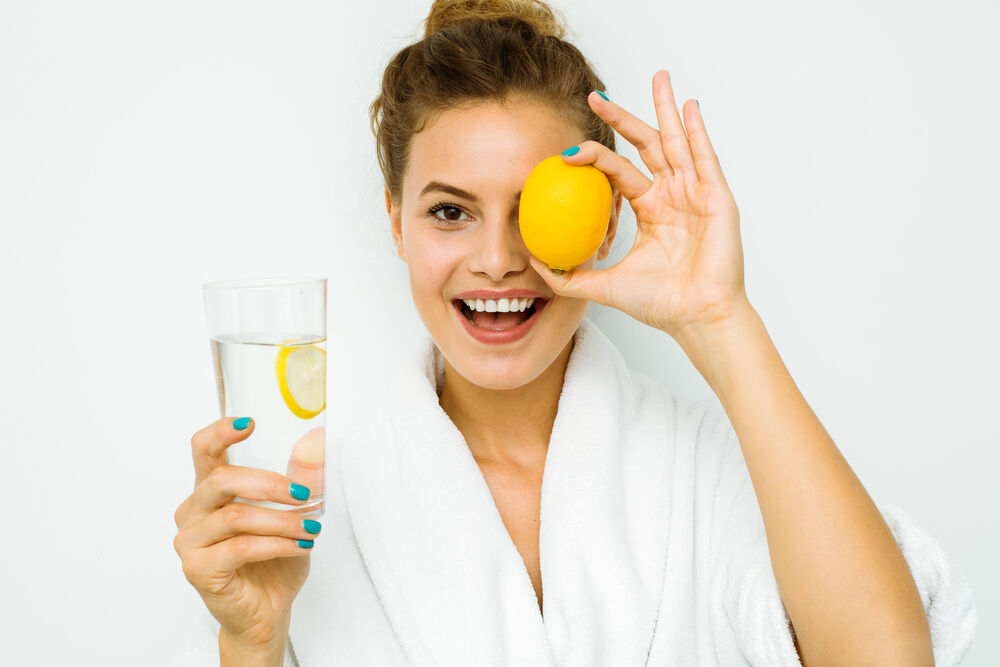 woman with a lemon that help to relieve cramps