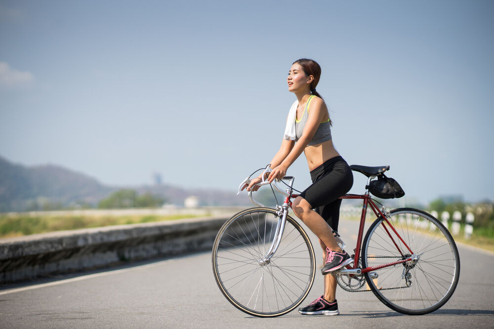 A woman riding a bicycle to improve her VO2 max